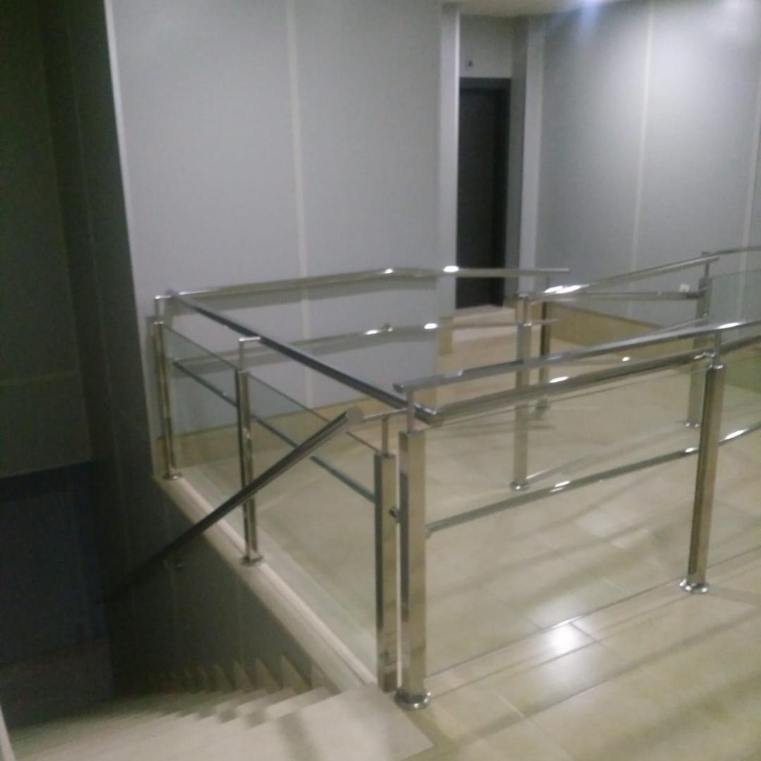 instalaciones_oficinas_posamanos_escaleras